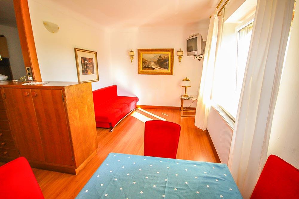 Garcionnere im Gästehaus Huss - Ansicht auf Esstisch und Sofa