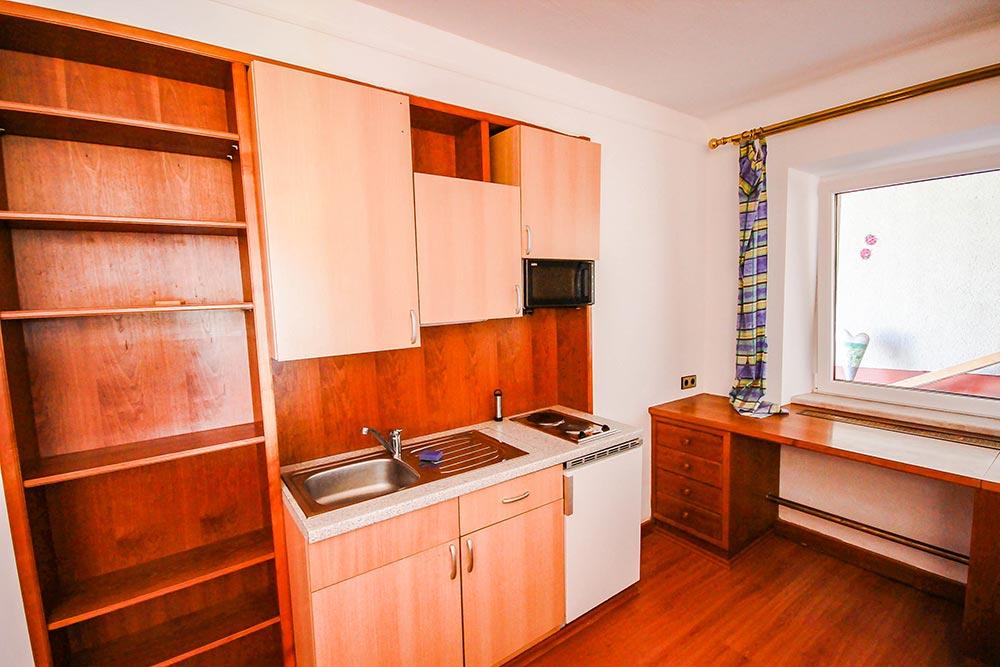 Garcionnere im Gästehaus Huss - Ansicht auf Küchenzeile und Schreibtisch