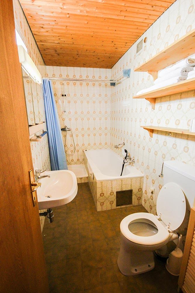 Garcionnere im Gästehaus Huss - Das Badezimmer mit Badewanne und Dusche