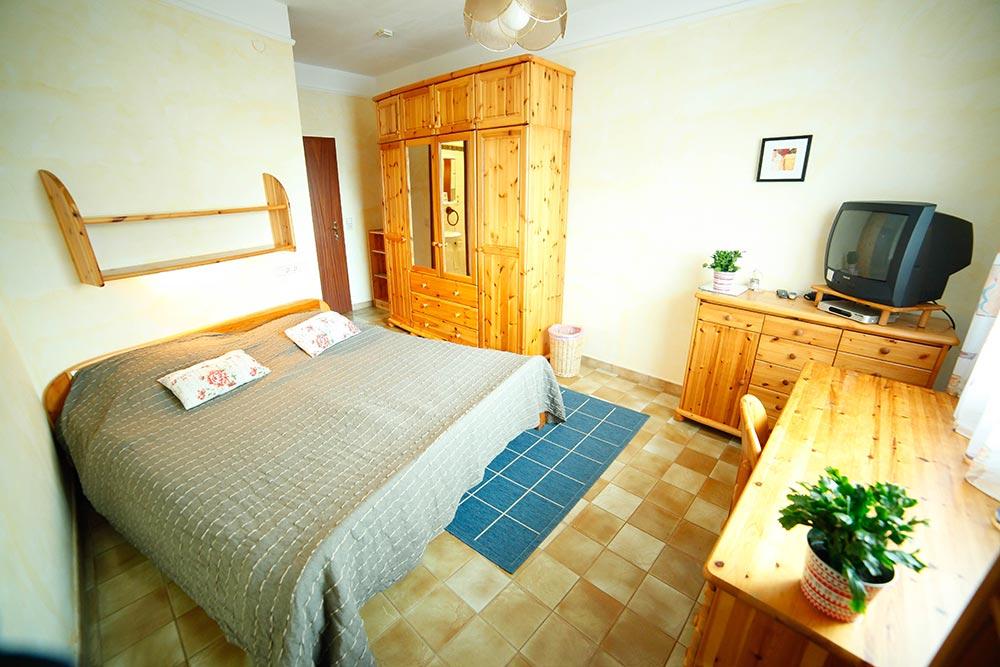 Zimmer 11 im Gästehaus Huss - Blick vom Fenster in das Zimmer
