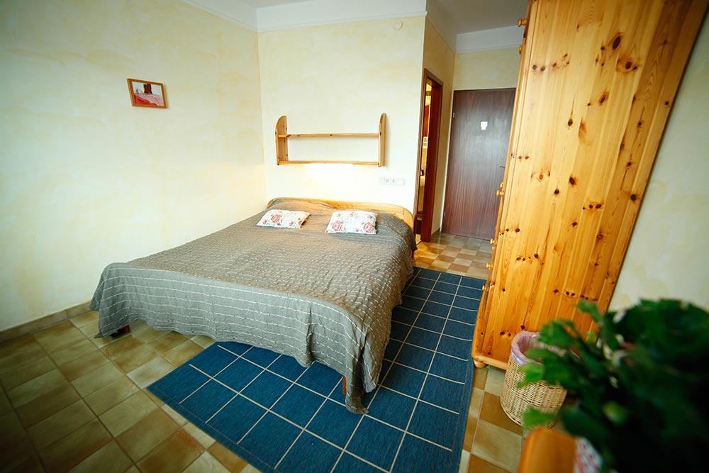 Zimmer 11 im Gästehaus Huss - Blick über das Bett zur Eingangstür