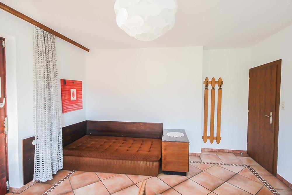 Das Zimmer 2 im Gästehaus Huss - Ansicht auf das Sofa