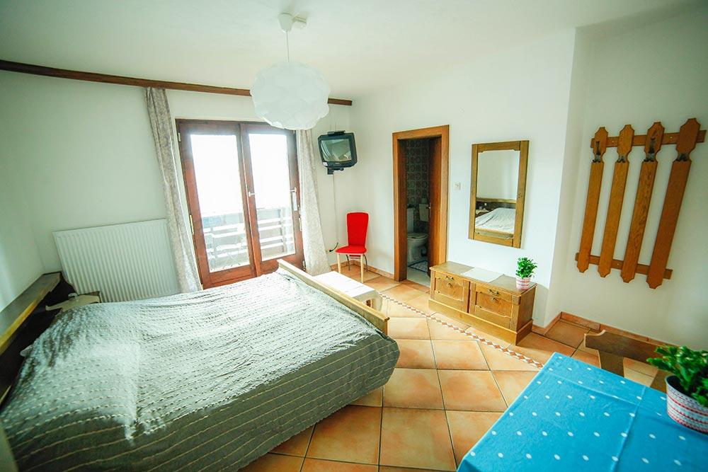 Zimmer 4 im Gästehaus Huss - Ansicht auf Bett, Badezimmertür und Balkontür