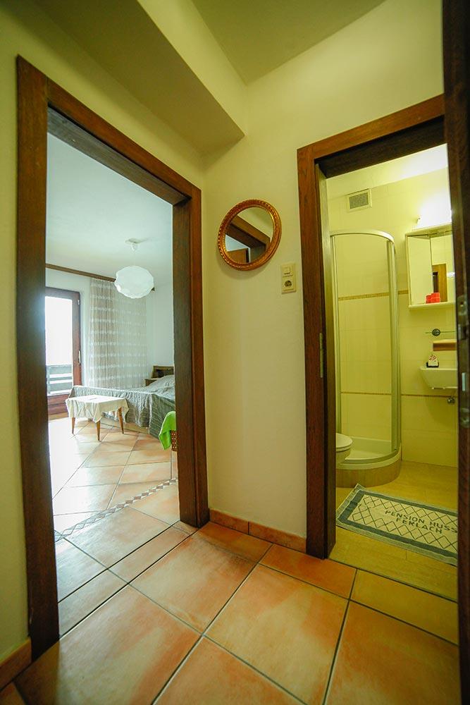 Zimmer 5 im Gästehaus Huss - Blick vom Vorraum auf Badezimmer und Zimmer