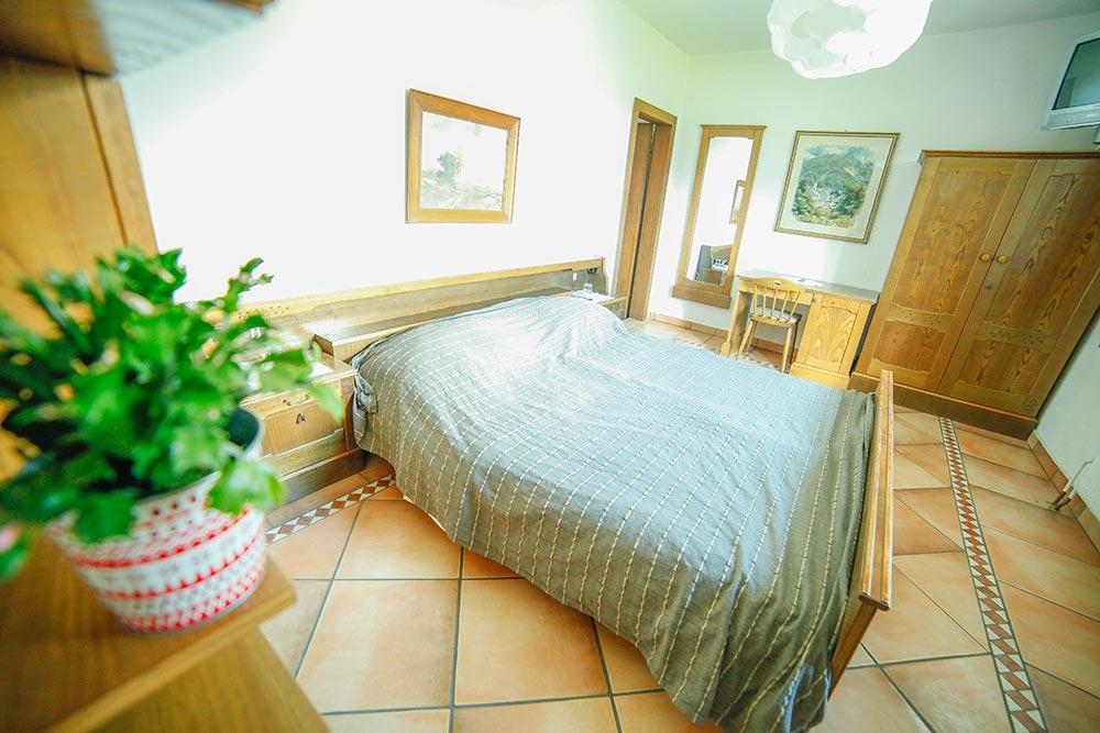 Zimmer 6 im Gästehaus Huss - Blick auf das Bett