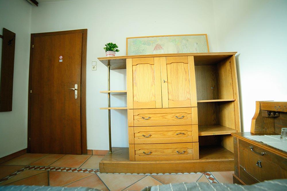 Zimmer 6 im Gästehaus Huss - Blick auf den Schrank