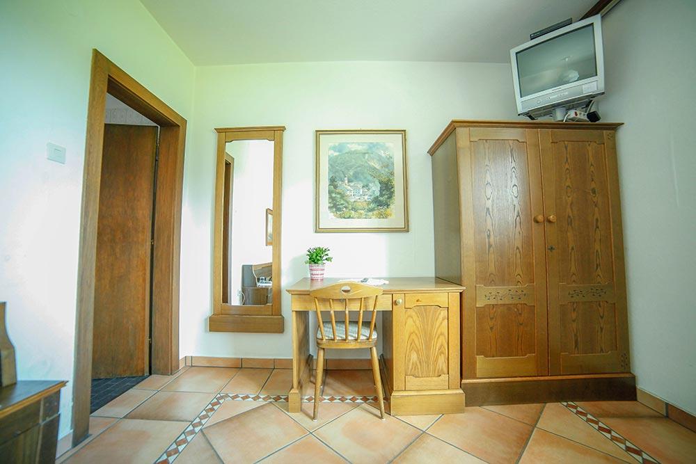 Zimmer 6 im Gästehaus Huss - Blick auf den Schreibtisch