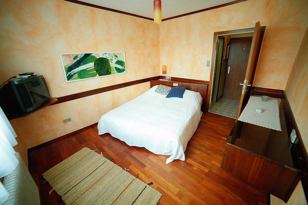 Gaestehaus Huss - Zimmer 8 - Blick aufs Bett