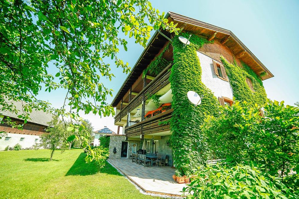 Gästehaus Huss - Blick vom Garten auf die Terrasse