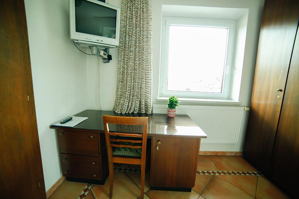 Zimmer 1 im Gästehaus Huss - Ansicht auf Schreibtisch und Fernseher und Fenster