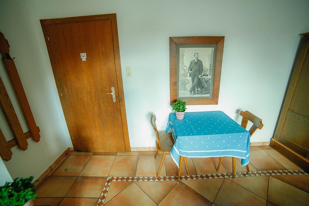 Zimmer 4 im Gästehaus Huss - Ansicht auf Tisch und Eingangstür