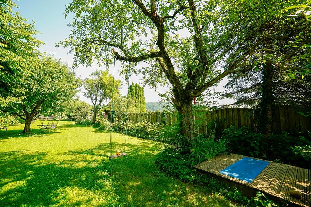 Gästehaus Huss - Apfelbaum mit Yogaplatz